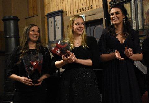 KONSERT: Hedda Hansen Berg, Maria Moen Nohr og Sigrid Vetleseter Bøe er de tre musikalske venninnene som står bak triOpera som lørdag inviterer til Tonar i julenatt i Stangvik kirke.