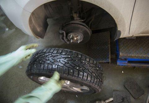 Svært mange bilister dropper dekkskift, og bruker de samme dekkene hele året. Slik regelverket er i dag, er dette også tillatt.
