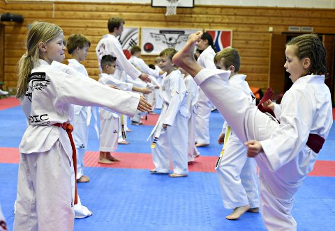 Trening: Susanne Øvergård Leren (til venstre) og Lisa Svedova trente på ulike spark lørdag, før de var med på gradering søndag.