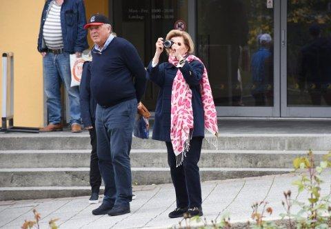 Kongeskipet «Norge» er på vei mot Kristiansund, og ifølge Stavanger Aftenblad er dronning Sonja om bord. Dette bildet av dronningen, som fotograferte ivrig i sentrum, ble tatt for nesten nøyaktig ett år siden. Da var dronningen i Kristiansund på privat besøk.