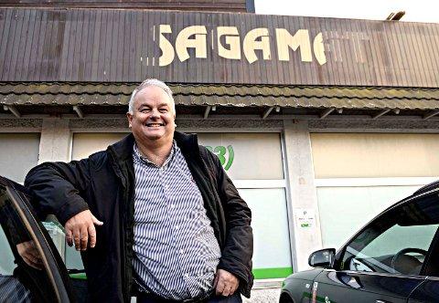 – Da vi startet Sagamat i 1979 var det 52 matbutikker i Kristiansund. Vi har overlevd alle omstillinger og endringer som har vært, sier Øivind Hoem. Det gamle navnet synes fortsatt utenfor Kiwi-butikken i Langveien.