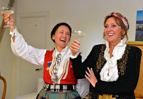 Anja Solvik (til venstre) og Britt D'Angelo skåler for Bunadsgeriljaen.