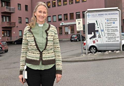– Det er en del pasienter som har fått mindre besøk enn normalt, men jeg opplever at sykehuset legger veldig godt til rette for besøk av pårørende til pasienter som for eksempel er i livets siste fase., sier sykehusdiakon Toril Krakeli Holm ved sykehuset i Kristiansund.