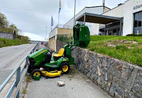 Traktorklipperen kjørte utfor kanten og ned på gangveien utenfor Atlanterhavsbadet.