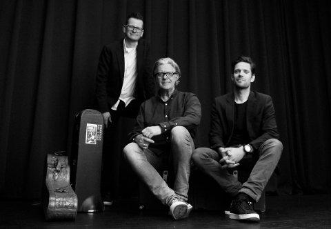 LÆRERE MED ELEVER: Musikklærerne  i gruppa Morild (f.v: Marius Noss Gundersen, Dag Einar Eilertsen og Kristoffer Bjerke) tar med både seg selv og sine elever til Støperiet fredag kveld.