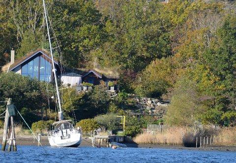 Ekstra lav vannstand i Oslofjorden gjorde at noen båter ble liggende skjevt i vannet.