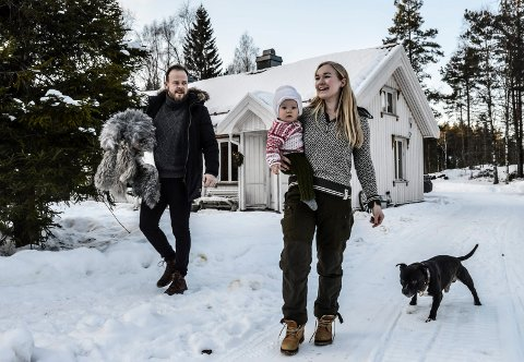 """PÅ TUNET: Steinar, Alf Jakob og Signe, og hunden """"Leon"""", tar en tur ut på tunet."""