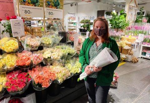 FÅR FORTSETTE: Martine Stenhaug er lærling ved Mester Grønn Farmandstredet. Med de nye koronatiltakene er hun takknemlig for å ha en jobb å gå til, selv med stenging.