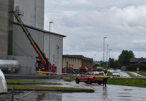 IKKE KONTROLL: Brannsjef i Østre Toten, Bård Henriksen, sier at de ikke kan si at de har kontroll på brannen i siloen på Lena.