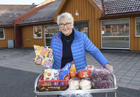 Kiosk: Bjørg Skinnes Solheim i sving for Frivilligsentralen med et tilbud som kalles kiosktralleservice. De frivillige medarbeiderne kjøper inn varer på butikken som de vet at beboerne på omsorgssenteret setter pris på. Varene selges da videre til beboerne for samme pris.Foto: Øystein K. Darbo