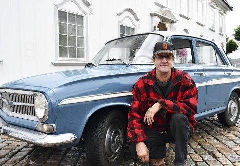 Stolt: Harald Knutsen er meget godt fornøyd med å ha sikret seg tilbake eierskapet over sin 58 år gamle veteranbil. Foto: Anne Kristine Dehli