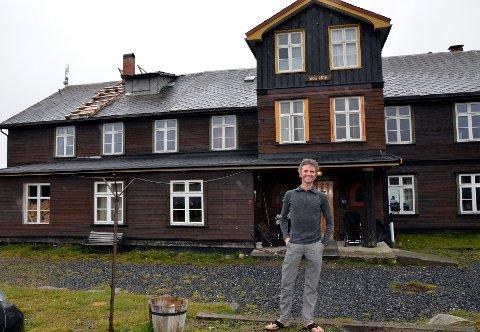 Er godt i gang: Alexander Medin (47) har kjøpt Nøsen Fjellstue og har døypt det om til Nøsen Yoga Retreat Center, som skal bli eit leiande ?senter for yoga i Norge.