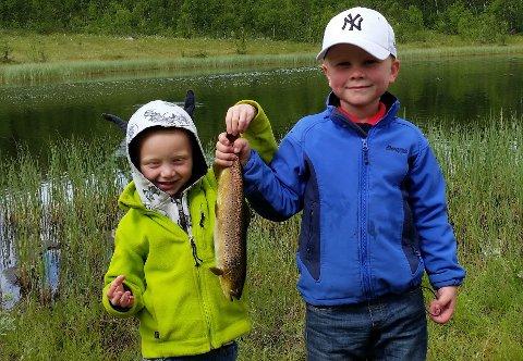 Felles fangst: Sondre og Mikael Langnes Lindstad fra Asker, som samarbeida om å få i land denne ørreten på 545 gram, vant den yngste klassen.