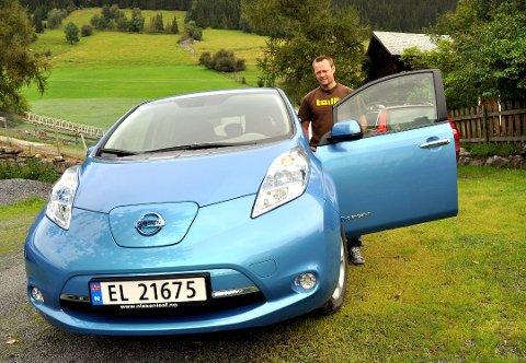 Frode Rolandsgard har i årevis snakket frem elbiler, og er ivrig bruker selv. At partiet hans vil kutte i avgifter på diesel og bensin liker han dårlig. Foto:Arkiv
