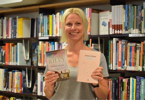 En populær, en skatt: Boka «Perlesøsteren» av Lucinda Riley er en populær bok i sommer, mens «Tante Ulrikkes vei» av Zeshan Shakar er i følge biblioteksjef Torill Johme en skjult skatt.