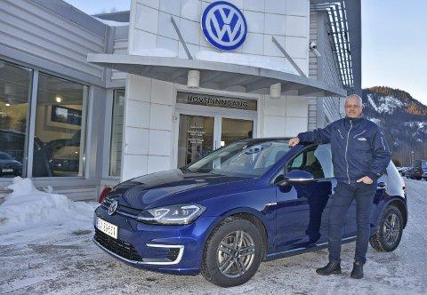 YDMYK OG STOLT: Daglig leder hos Valdres Auto på Fagernes, Robert Gjerdalen, forteller om et travelt år i 2019. Med seg sjøl og to selgere i staben har de tegnet kontrakter for totalt 125 nye biler i fjor i tillegg til bruktbilene. De har også vært aktive i markedet for å kjøpe bruktbiler for videresalg. Golf helelektrisk, som den på bildet, var den mest solgte modellen til Valdres Auto i fjor. Hele 41 av 42 solgte Golfer var helelektriske.