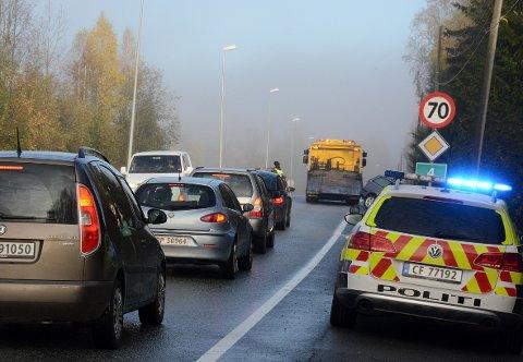OMDIRIGERT. Politiet ledet trafikken rundt bergingsbilen etter uhellet ved Strøm bru lørdag morgen.