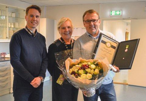 HEDER. Ordfører Hilde Thorkildsen og daglig leder ved Ellco Etikett, Christian Egedius, kunne stolt overrekke Norges Vels medalje for lang og tro tjeneste til Bjørn Aurmo.