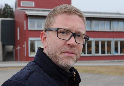 LANGKAMP:Erik Landsem har kjempet for å bevare Hagen skole og inviterer mandag kveld til fakkeltog som en mulig siste protest mot bygging av en stor barneskole for hele Hakadal på Elvetangen.