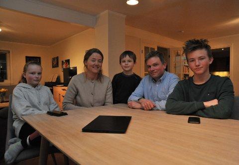 DIGITALTOPPEGÅENDE:Familien Fossheim rundt stuebordet hjemme på Likollen; f.v. Mari (14), mor Kristine, Sondre (8), far Geir og Erik (16).
