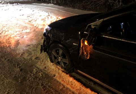 IKKE KJØRBAR: Den ene av de to ulykkesbilene etter frontkollisjonen.