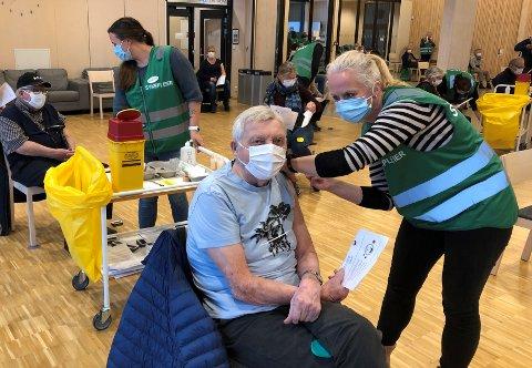 FØRSTE PULJE: Rudolf Michelsen (91) fikk vaksinen av sykepleier Elisabeth. Lokalavisen har nå fått melding fra en eldre beboer som er redd for ikke høre telefonen eller forstå beskjeden om når hun skal få vaksinen. Kommunen forsikrer om at alle vil få etter hvert.