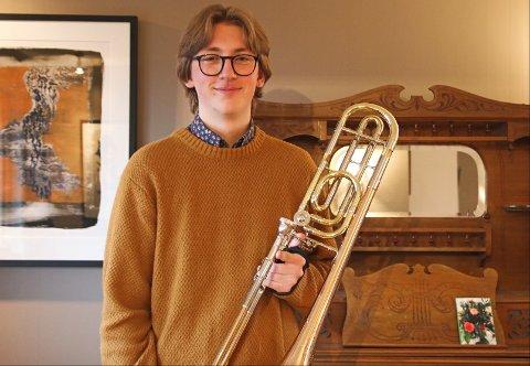 NYTT INSTRUMENT: Eirik Kosberg viser frem den klassiske trombonen han har kjøpt for prispengene.