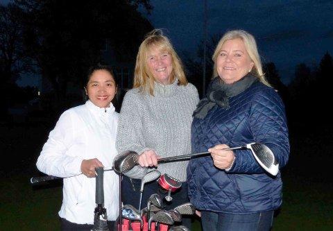 Tre av damene – fra venstre Sonia Jacobsen, Marit Harboe og Liv-Grethe Wangberg – en høstkveld i oktober.