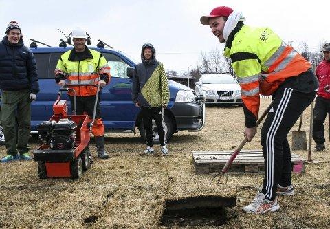 STORT: Det var fotballspilleren Mads Tamnes som var raskest ute å løfte den første torva på fotballbanen i Brekken søndag.