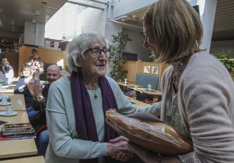 TYNSETMESTER: Berit Bakke gratuleres av ordfører Merete Myhre Moen