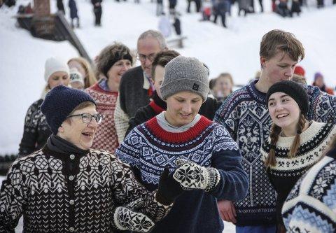 POLS PÅ GLATTISEN: Karin Løkken (f.v), Magnus Sundt, Vegar Kjøsen og Inga Løseth Brynhildsvold koste seg på glatt underlag da de danset seg inn i Rørosmartnan nummer 167.  Foto: Tor Enget
