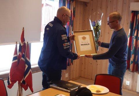 Idar Moseng får overrakt æresmedlemsskapet av leder i ungd.utvalget Lars Inge Ytterhaug