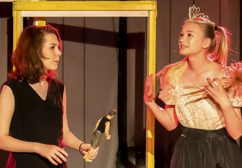 Sentrale roller: Magdalena Swensen (t.v.) som Alice/Lisa og Ragnhild Bergsholm som hertiginnen med tiaraen er sentrale i forestillingen.Foto: Bonsak Hammeraas
