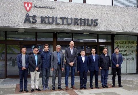 Byplanleggere fra Shanghai sammen med representanter for Ås kommune: F.v. Per Ernesto Øveraas, Alexander Krogh Plur og ordfører Ola Nordal