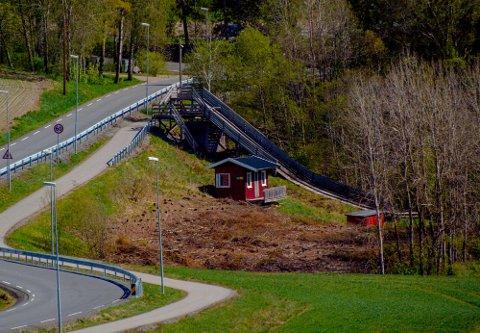 ØNSKER Å RIVE: Kommunen vil rive hoppbakken i Kroer (bildet) og bakken ved Brønnerud.