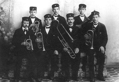 KORPSET ANNO 1892: I 1891 ble det dannet et rent hornorkester på Verket. Her er det avbildet i 1892.