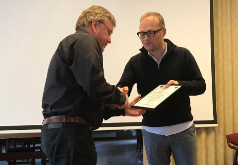 Leiar i Nordmøre Mållag, Åsmund Ormset (t.h.), sa under tildelinga at Lars Steinar Ansnes har vist at nynorsk kan fungera utmerka også som bloggspråk.