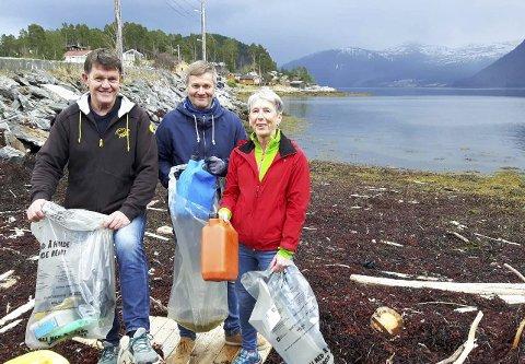 Nesøya ryddes: Jan Olsen (fv.), Lorentz Berge og Ragnhild Bakken vil ha med seg alle hytteeiere på Nesøya og Neslandet på ryddeasksdjon i regi av Nesøya båtforening 12. mai.