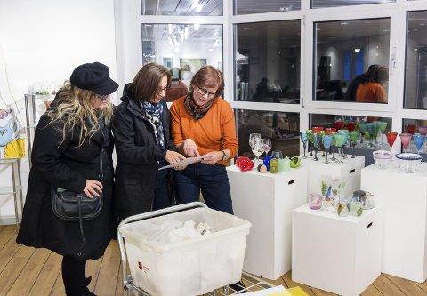 Mye å holde styr på: Styremedlemmene Hilde Furre (f.v.), Mona Johansen Sætervik og Rita Wærnes i Sunndal kunstlag sjekker at alt er på plass til årets Novemberutstilling i Galleri Barbara på Sunndal kulturhus.