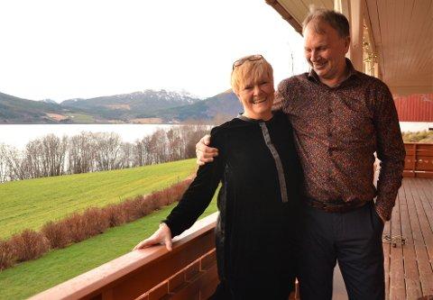 Ålvundfjordinger: - Vi starter og slutter dagen med å nyte utsikta, sier Gerd Stolsmo og Stein Erik Hegerberg på verandaen i den nye heimen i Ålvundfjord.
