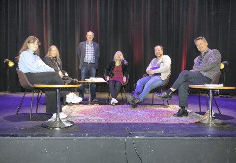 Panel: Feiringen foregår for det mest fra scenen i Hovshall. Blant dem som er med er Mali Regine Børset (t.v.), Hilde Furre, Ståle Refstie, Oddrun Årflot, Torgeir Reiten og Jan Fredrik Laskerud, Her ser vi fra opptaket av sendingen kan sees fra fredag 1. mai kl. 17. Den vises på facebooksiden Kultur i Sunndal.