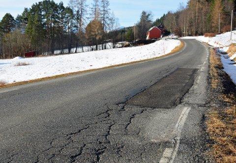 Dårlig: Sprukken asfalt mellom Røttingsnes og Bruksgrenda.