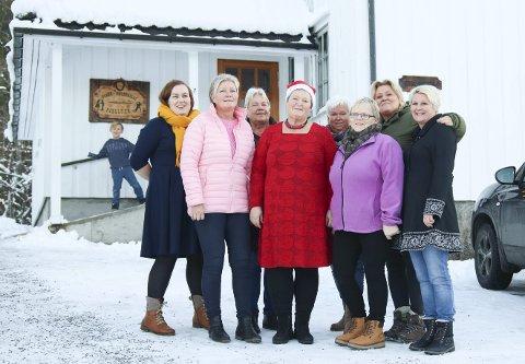 Kun kvins i kiwanis: Det er faktisk bare damer i Kiwanis Gjerstad, 15 stykker for å være eksakt (ni av dem er foreviget her). De brenner for å hjelpe barnefamilier i bygda, og da de skulle arrangere juleverksted i helgen fikk de låne Fjelltun helt gratis av Fiane ungdomslag.  Fra venstre: Reidun Marie Stamsø, Mona Hansen, Tove Bratsbeg, Vigis Brubakken, Randi Ramskjær, Anne Sigrun Olsen, Astrid Solheim og Bente Solheim.Foto: Marianne stene