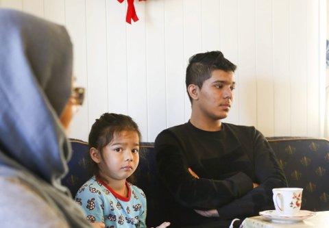 FAMILIEN: Sakinah (35) til venstre og to av hennes barn, fra artikkelen som sto på trykk 11. mars.Foto: Stig Sandmo