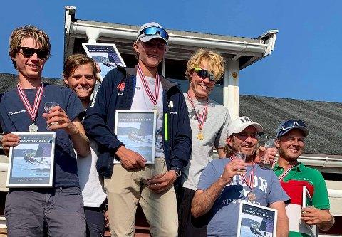 MEDALJEVINNERE: Tomas Mathisen (nummer tre fra høyre) og Morten Røisland (nummer tre fra høyre), begge fra Risør, tok NM-medalje i 49er-klassen.