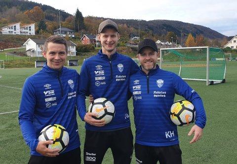KLARE: Kristian Hafstad, Adrian Solli og trener Kristian Holte hos Moi IL er klar til kamp mot erkefienden Hovsherad på lørdag.