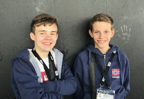 FYLTE SPAREGRISENE: Makkerparet Anders Brogeland (til høyre) og Are Landsvik hanket inn en solid slump lommepenger ved bridgebordet.