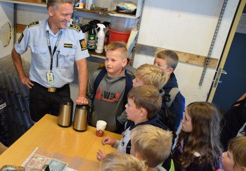 FANT PENGER: Politistasjonssjef Asbjørn Skåland møtte tidligere denne uken elevene som fant pengene på Feda.