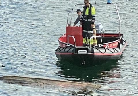 OPP NED: Brannvesenet sendte ut folk for å sjekke en båt som fløt opp ned i Tjørsvågstrand i Flekkefjord