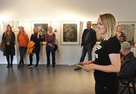 Kunst: Litterturformidler Annelise Grindheim orienterer om samisk kunstutstilling på Hamsunsenteret.